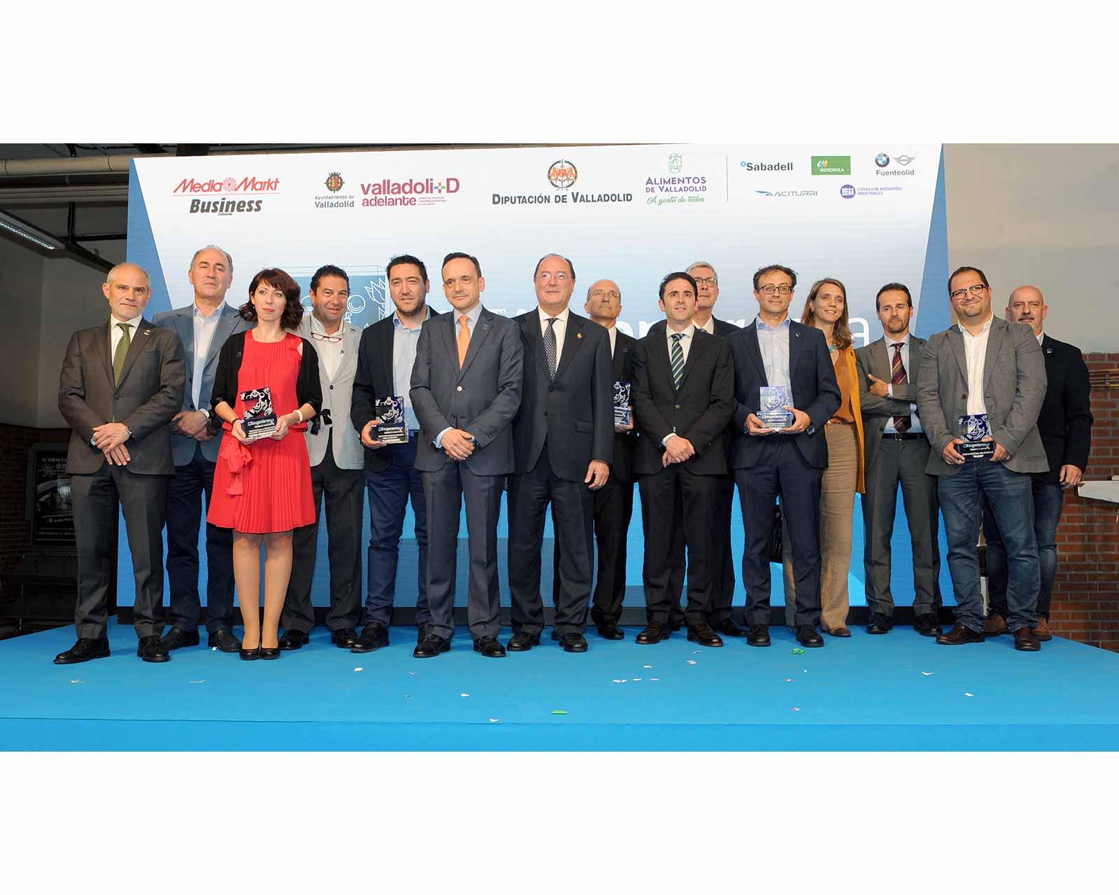 Foto-de-familia-de-ganadores,-jurado-y-patrocinadores